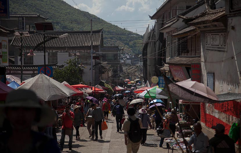 A view of a thoroughfare in Dali Old Town, Yunnan province, Oct. 4, 2014. Liu Jianping for Sixth Tone