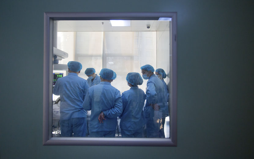 Doctors check on ICU patients in a hospital in Zhengzhou, Henan province, Feb. 7, 2015. VCG